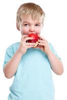 Kind Apfel Obst Früchte essen Herbst gesunde Ernährung Hochformat isoliert Freisteller freigestellt