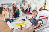 Kinder bemalen eine Tapete  im neuen Haus