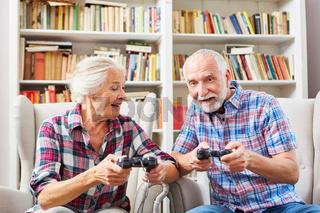 Senioren Paar spielt Videospiel mit Konsole