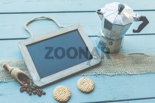 Pause? Wie wärs mit einem Kaffee? Eine Tafel mit Textfreiraum liegt auf einem Tisch - Bistro