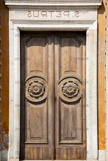 wall  and church door   lonate