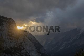 Sonnenlichtstrahlen in den Alpen mit Wolken