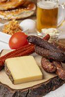 Brotzeit mit Käse und Bier