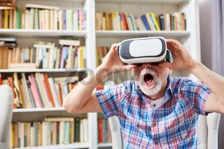 Senior mit VR Brille staunt mit offenem Mund