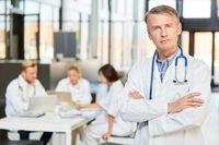 Chefarzt mit Autorität und Selbstbewusstsein