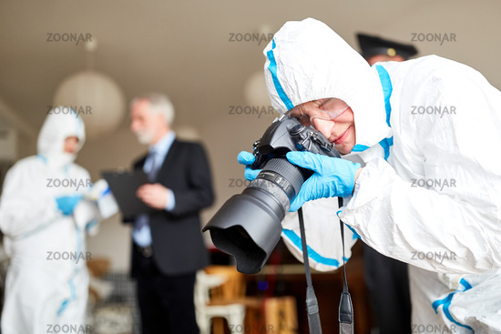 Polizeifotograf fotografiert Tatort nach Verbrechen