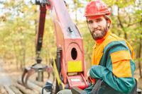 Kranführer beim Holzrücken auf dem Forstkran