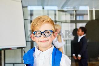 Lächelnder Junge mit Brille als kluger Schüler