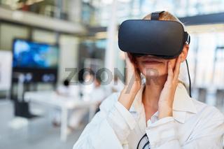 Ärztin beim Test einer VR Brille mit 3D Visualisierung