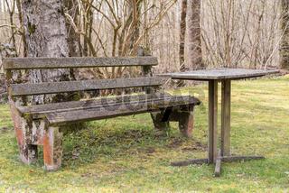 alter antiker Rastplatz mit Gartenbank und Tisch mit Steinplatte