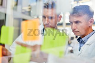 Zwei Ärzte bei der Analyse von Projekt Ideen