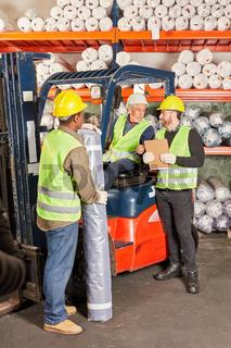 Logistik Arbeiter und Staplerfahrer im Lager