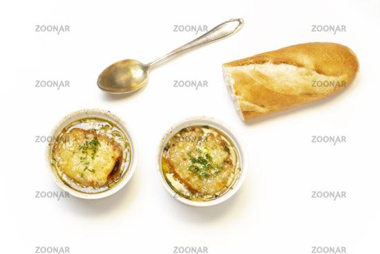 Französische Zwiebelsuppe auf weiß