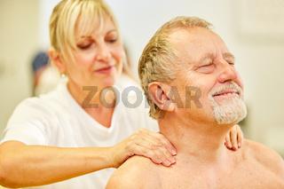 Senior Patient bekommt eine Nackenmassage