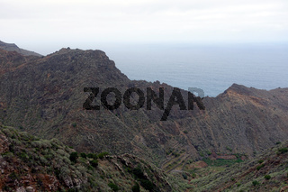 Blick auf die dunklen Felsklippen von Agujo, La Gomera, Kanarische Inseln