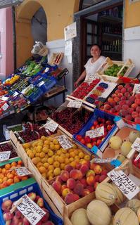 Obst - und Gemüseauslage in Noli - Ligurien