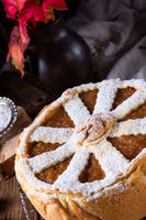 Apples covered with a crunchy crust - this is the American Apple Pie.
