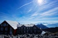 Berghütte auf dem Säntis und Blick auf die umliegenden Alpen