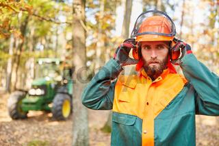 Waldarbeiter oder Holzfäller mit Schutzausrüstung
