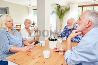 Senioren im Gemeinschaftsraum im Altersheim