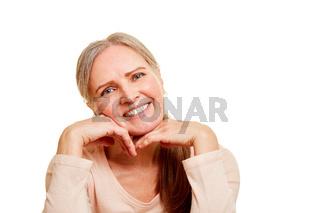 Ältere Frau lächelt zufrieden