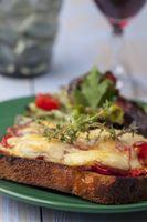 gegrilltes Käsesandwich mit Salat