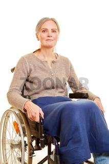 Seniorin sitzt im Rollstuhl