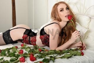 Sexy, grosser, schlanker, vollbusige Rothaarige, in roter Dessous zum Valentinstag