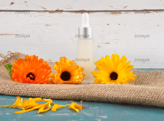 Naturkosmetik und Ringelblumen auf Jute - Natural cosmetics and common marigold on jute