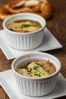 Französische Zwiebelsuppe auf Holz