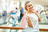 Glückliche Frau beim Einkaufsbummel