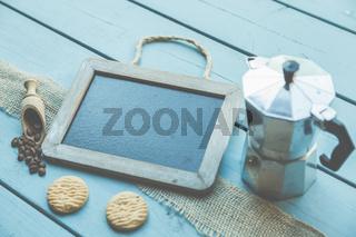 Pause? Wie wärs mit einem Kaffee? Eine Tafel mit Textfreiraum liegt auf einem Tisch - Bistro und Kaf