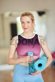 Sportliche junge Frau im Fitnesscenter
