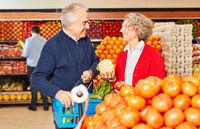 Paar Senioren als Vegetarier kauft bio Gemüse