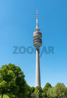 Der Münchner Fernsehturm an einem sonnigen Tag