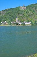 D--RP-Mittelrheintal--Burg Maus über dem Ort Wellmich.jpg