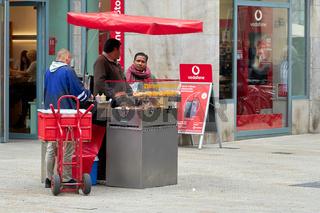 Verkäufer und Kunden an einem Bratwurststand