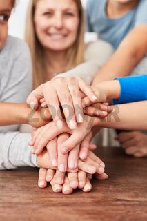 Gruppe Kinder stapelt Hände für Kooperation
