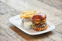 Hamburger mit Pommes Frites und Dip im Diner