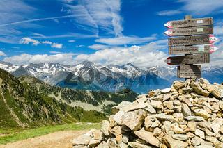 Hinweisschild für Wanderwege auf dem Speikboden, Suedtirol, Italien
