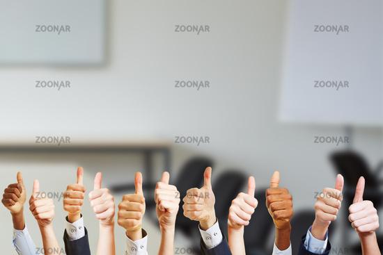 Hände in den Konferenzraum