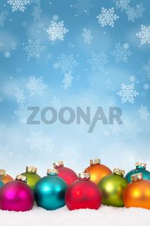 Weihnachten viele bunte Weihnachtskugeln Dekoration Hochformat Schneeflocken Schnee Winter