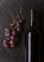 Weinflasche mit Trauben