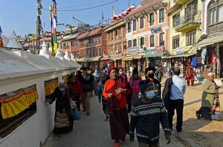 Pilger auf dem Rundweg um die Boudhanath Stupa, Kathmandu, Nepal
