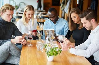 Junge Leute surfen mit Handy und Smartphone