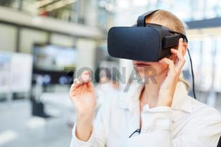 Ärztin testet eine innovative VR Brille