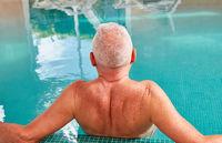 Senior Mann entspannt im Schwimmbad
