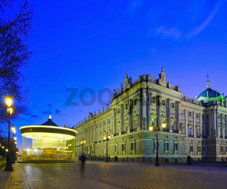 Madrid - königlicher Palast mit sich drehendem Karussel daneben zur blauen Stunde