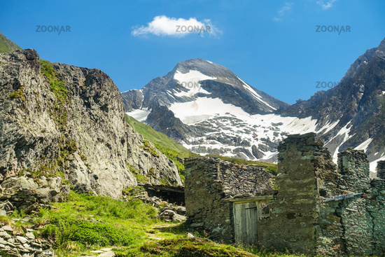 Hiking trail towards Lenkjöchlhütte with view of the Rötspitze, Ahrntal, South Tyrol
