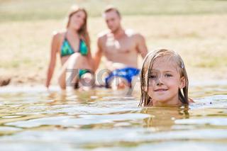 Kleines Mädchen lernt Schwimmen im Badesee